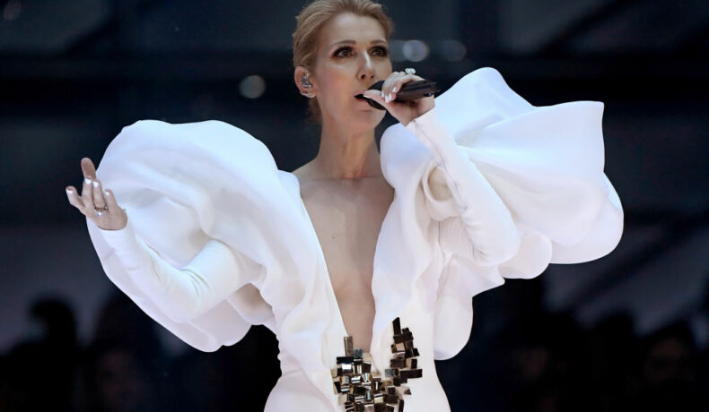 Celine Dion, într-o rochie albă, cu decolteu adânc, la 2017 Billboard Music Awards
