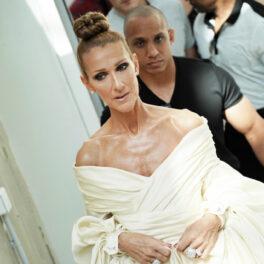 Celine Dion, la Paris Fashion Week, în anul 2019, într-o rochie albă