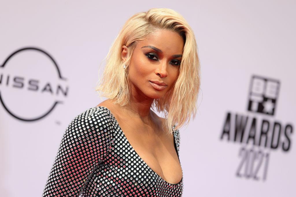 Ciara, blondă, într-o rochie cu decolteu, argintie, la BET Awards 2021, pe covorul roșu