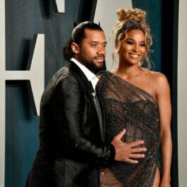 Ciara și Russel Wilson, pe covorul roșu la Vanity Fair Oscar Party, în 2020, în timp ce bărbatul ține mâna pe burtica de gravidă