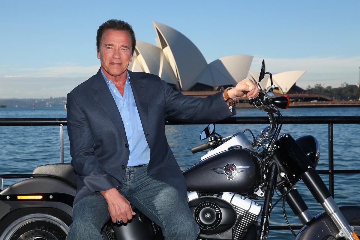 Arnold Schwarzenegger, în 2015, la un eveniment pentru lansarea filmului Terminator: Genisys. A pozat pe o motocicletă, în fata Operei din Sydney. A purtat blugi, o bluză albastră și un blaizer albastru