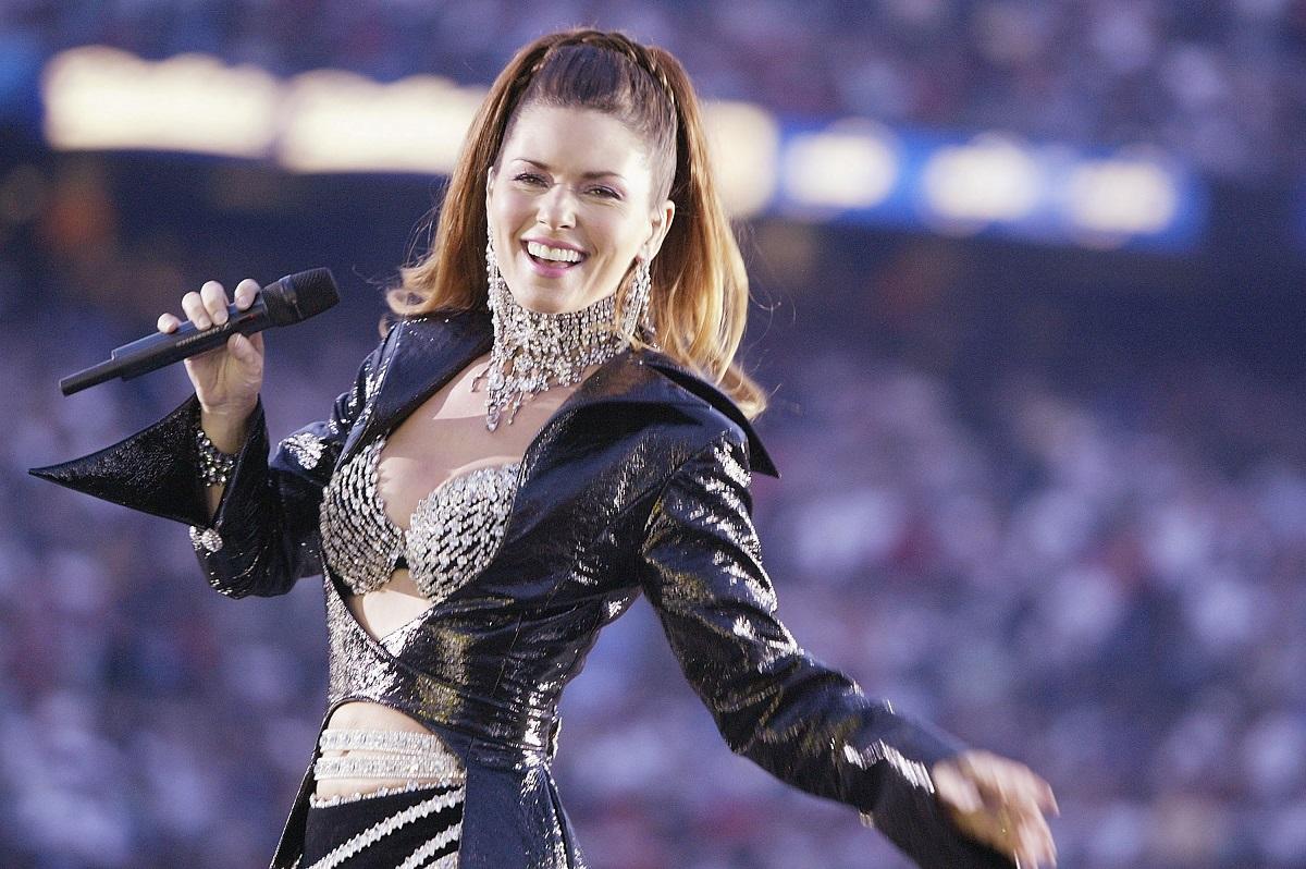 Shania Twain la Super Bowl halftime show, în 2003. Ea a purtat o ținută neagră cu argintiu, cu mâneci lungi, sutien argintiu și fusta scurtă