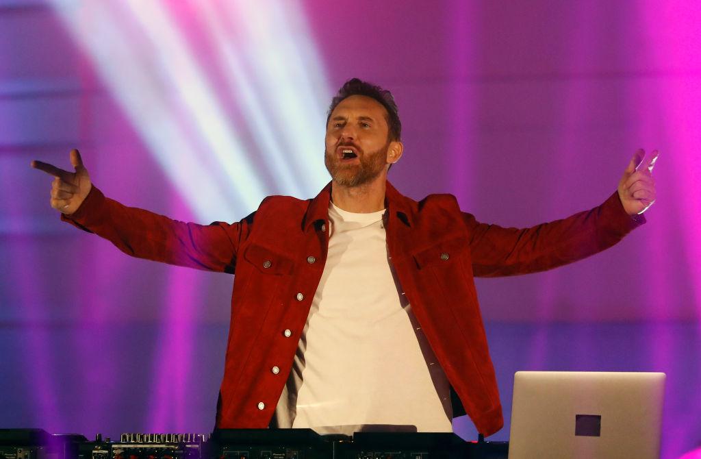 David Guetta, în spectacol în Budapeste, într-o geacă roșie, cu mâinile în aer