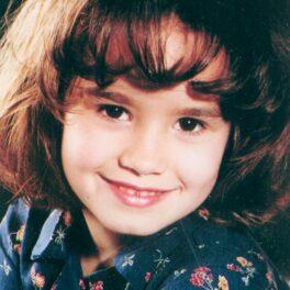 Demi Lovato, imagine din copilărie, în timp ce zâmbește la camera de fotografiat
