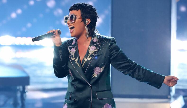 Demi Lovato, fotografiată în timp ce cântă pe scena iHeartRadio Music Awards 2021
