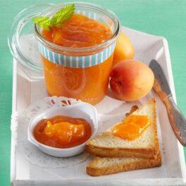 Dulceață de caise servită la mic dejun pe felii de pâine toast