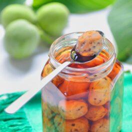 Dulceață de nuci verzi prezentată în borcan și linguriță