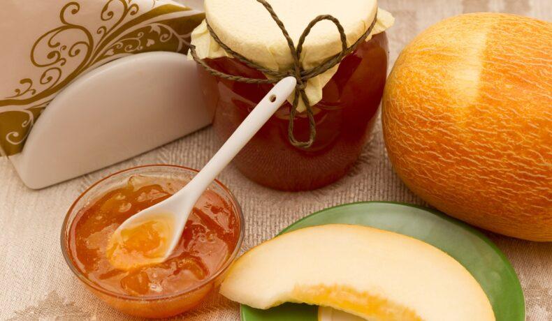 Dulceață de pepene galben cu ghimbir, într-un bol de servire și în borcan, alături de un pepene galben și o felie de pepene