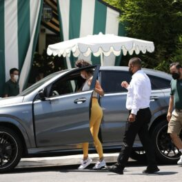 Eiza Gonzalez, fotografiată în timp ce este ajutată de doi bărbați cu mașina personală