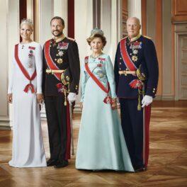 Portret al Familiei Regale din Norvegia, în Oslo, 2016. Regele Harald și Prințul Haakon poartă uniforma regală neagră, cu accente roșii, regina Sonja are o rochie albastră și Mette-Marit poartă o rochie albă