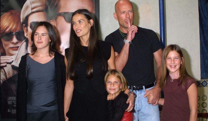Demi Moore, Bruce Willis și cele 3 fiice, Rumer, Scout și Tallulah, la premiera filmului Bandits. Demi și bruce sunt îmbrăcați în negru