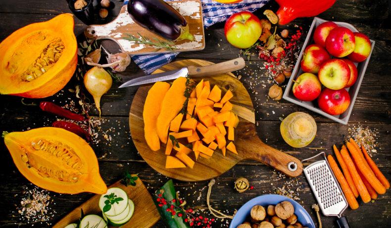 Fructe și legume de toamnă, aranjate frumos pe un blat din lemn