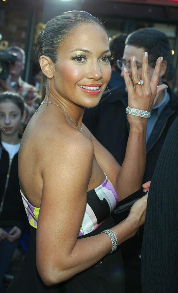 inelul de logodnă al lui Jennifer Lopez în timp ce aceasta îl prezintă camerelor de fotografiat pe covorul roșu