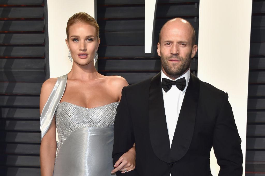 Jason Statham, alături de Rosie, logodnica sa, la Vanity Fair Oscar Party, în 2017, pe covorul roșu