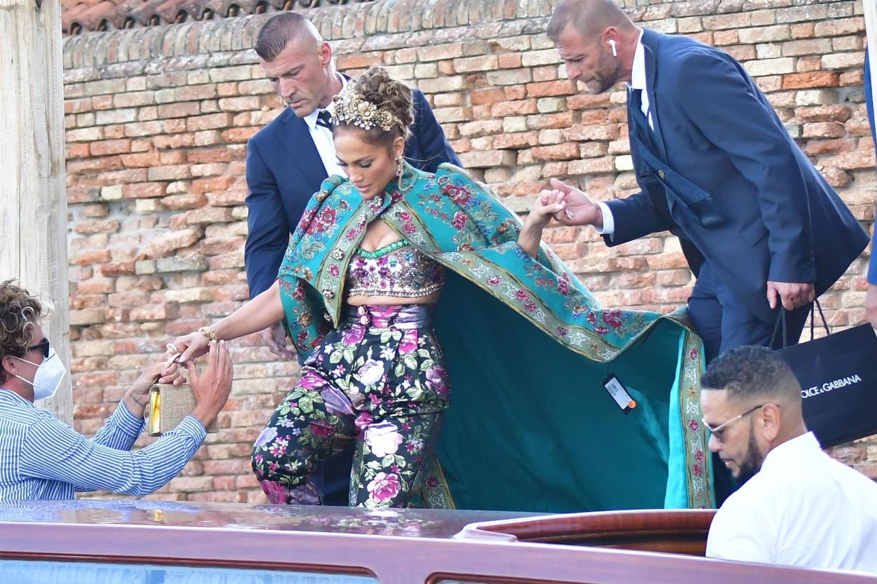 Jennifer Lopez, ajutată de echipa de securitate să urce în gondolă pentru a merge la prezentarea de modă Dolce&Gabanna dîn 2021