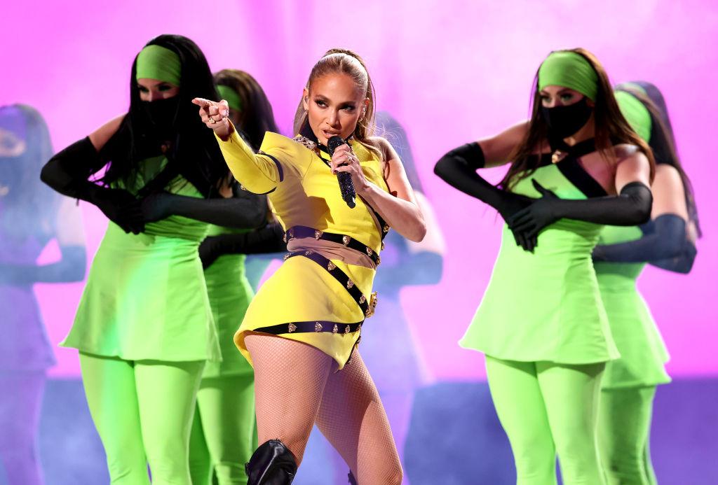 Jennifer Lopez, într-o ținută sexy, galbenă, pe scena Global Citizen VAX LIVE, în 2021