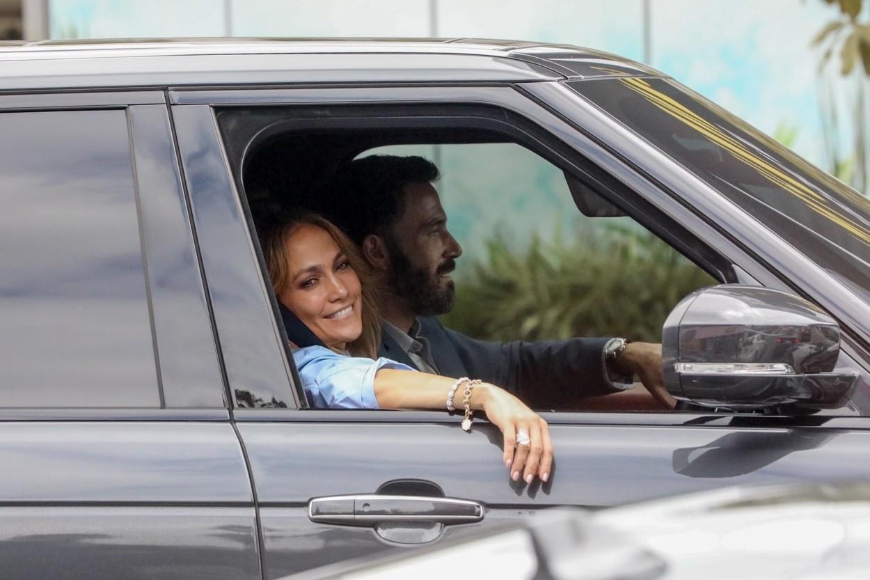 Ben Affleck și Jennifer Lopez, fotografiați în timp ce sunt în mașină, iar artista zâmbește