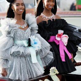 D'Lila Star și Jessie James Combs, fiicele lui P. Diddy, la prezentarea de modă Dolce & Gabbana Alto Moda, din Veneția, august 2021. Una poartă p rpchie neagră, cealaltă o rochie argintie. Sunt în gondolă și au un accesoriu în păr