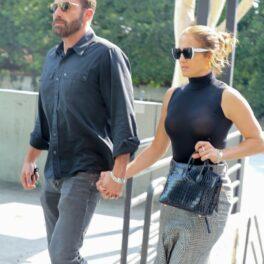 Ben Affleck și Jennifer Lopez, fotografiați de mână, la un centru comercial din Los Angeles
