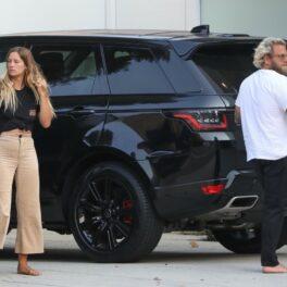 Jonah Hill și Sarah Brady, în Los Angeles, îmbrăcați lejer și desculți