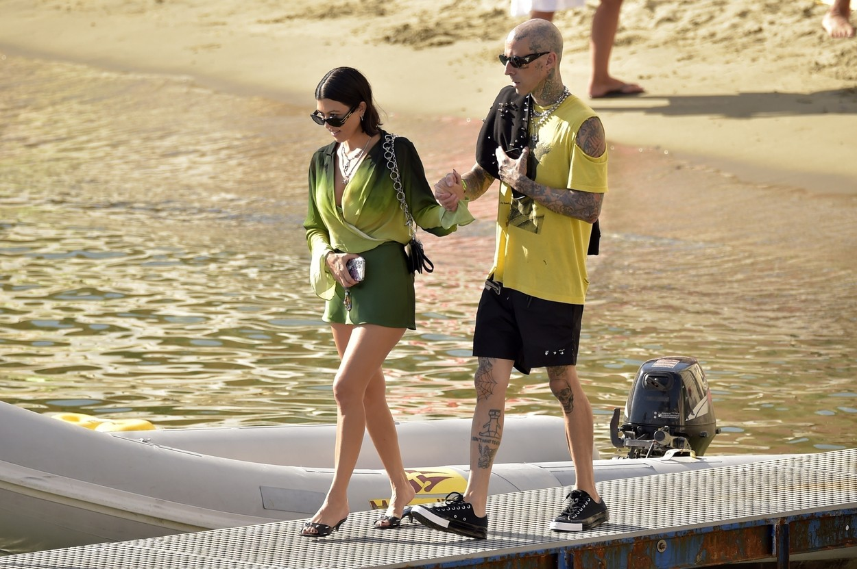 Kourtney Kardashian ș Travis Baker, de mână, în Italia, la plajă