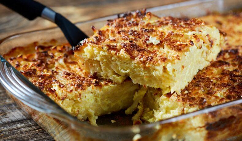 Porție de macaroane cu brânză la cuptor, secționată în forma de copt