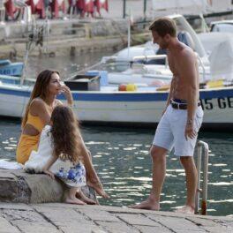 Mădălina Ghenea, în timp ce discută cu prietenul său, Andrea Castagnola și micuța Charlotte