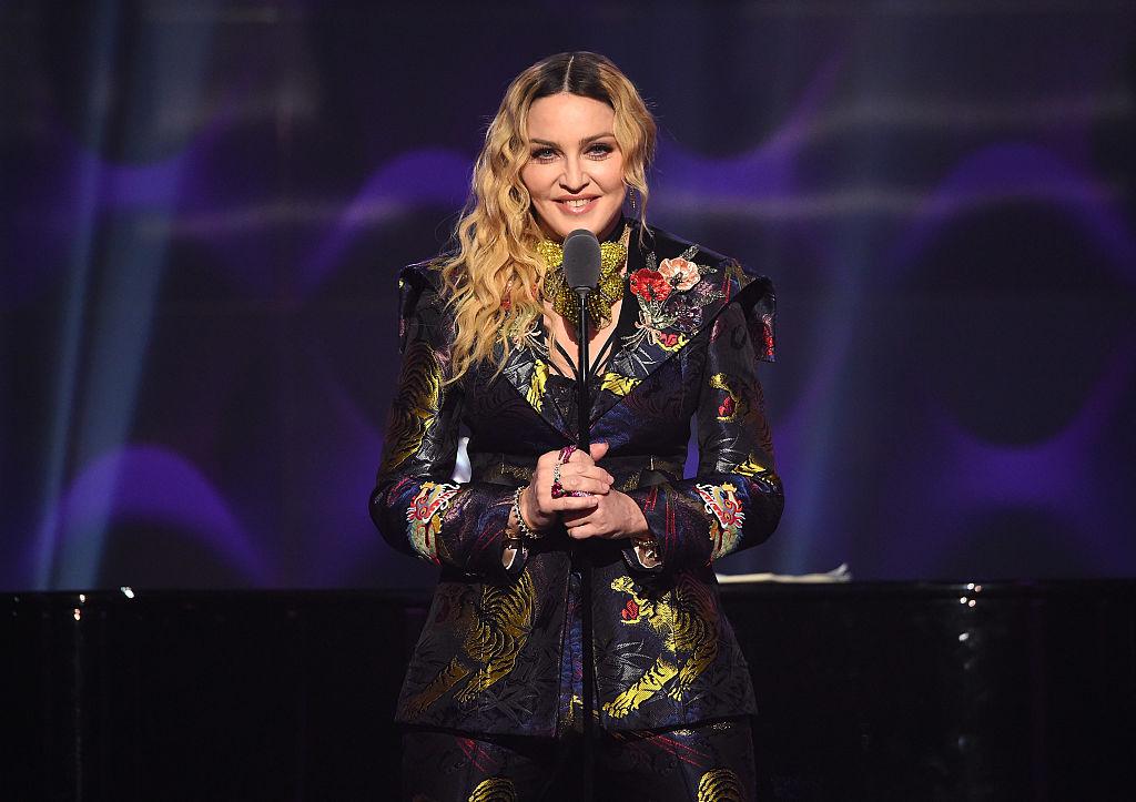 Madonna, într-un costum negru cu detalii florale, pe scena Billboard Women In Music 2016