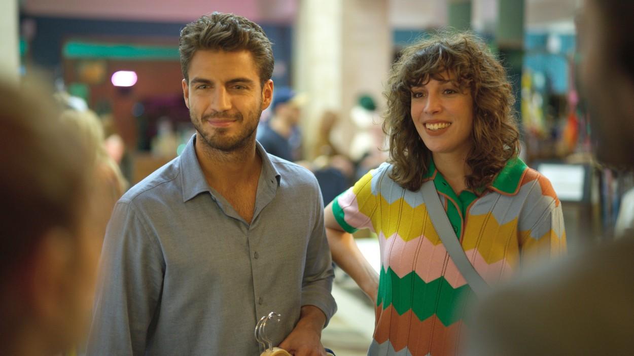Maxi Iglesias, în serialul Valeria, într-o scenă dintr-un magazin