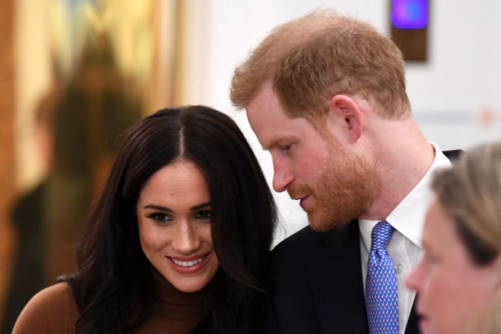 Prințul Harry, fotografiat în timp ce îi șoptește ceva lui Meghan Markle, într-un turneu în Canada