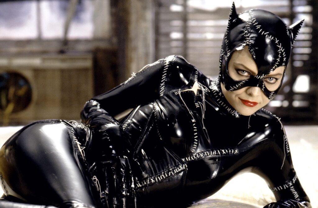 Michelle Pfeiffer în rolul lui Catwoman din filmul Batman Returns. E îmbrăcată într-un costum mulat negru, din latex, cu urechi de pisică
