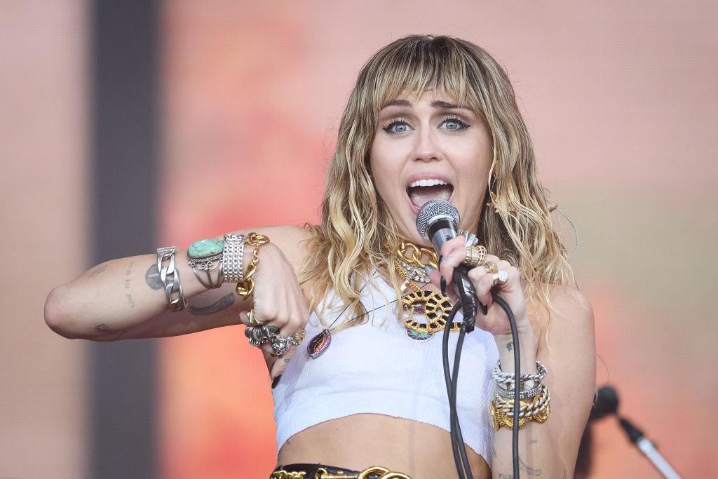Miley Cyrus, la Glastonbury Festival, pe scenă, în timpul unui concert, în 2019