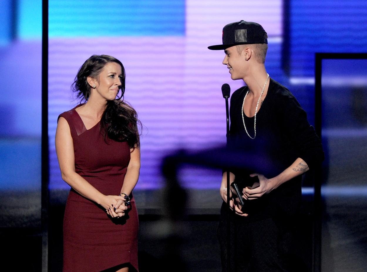 Justin Bieber, în timp ce îi mulțumește mamei sale, pe scenă
