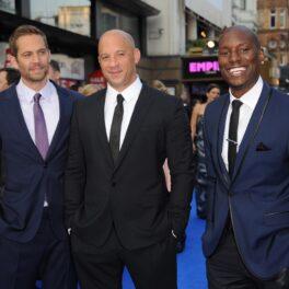 Paul Walker, Vin Diesel, Tyrese Gibson, la premiera Fast and Furious 6, din Londta, Anglia, în mai 2013. Toți au purtat costume ănchise la culoare și bluze deschise la culoare. Fundal cu albastru
