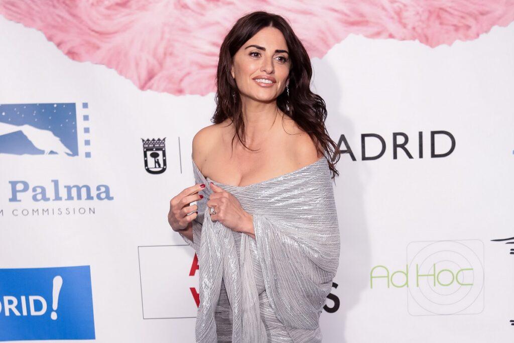 Penelope Cruz a participat la evenimentul Union de Actores, în 2018, Madrid, Spania. Ea a purtat o rochie argintie, cu un șal lung