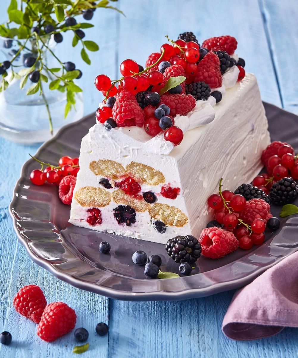 Prăjitură fără coacere cu iaurt și fructe de pădure pe un platou oval