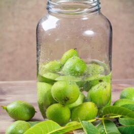 Nuci verzi în borcan cu apă rece