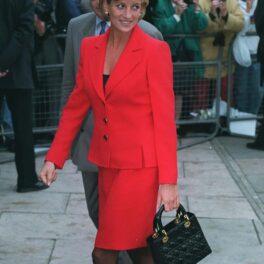 Prințesa Diana la evenimentul Charity Appeal for London Lighthouse, 1996. A purtat un costum roșu, pe care l-a accesorizat cu o geantă neagră
