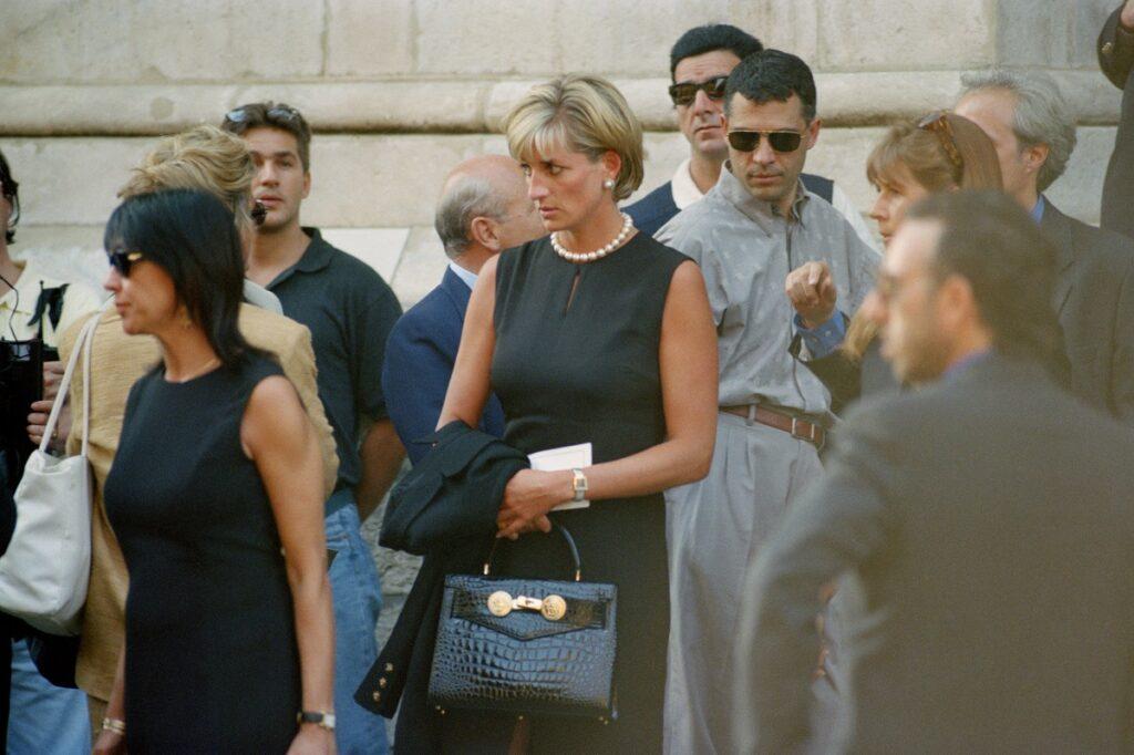 Prințesa Diana la înmormântarea Gianni Versace, 1997. Îmbrăcată în negru, cu o geantă neagră și perle la gât.