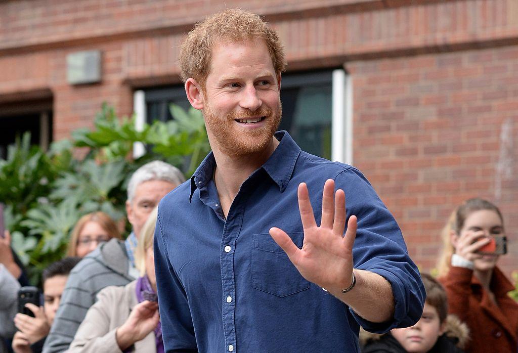 Prințul Harry, fotografiat în timp ce salută fanii de la o stație de poliție din Nottingham, în 2016