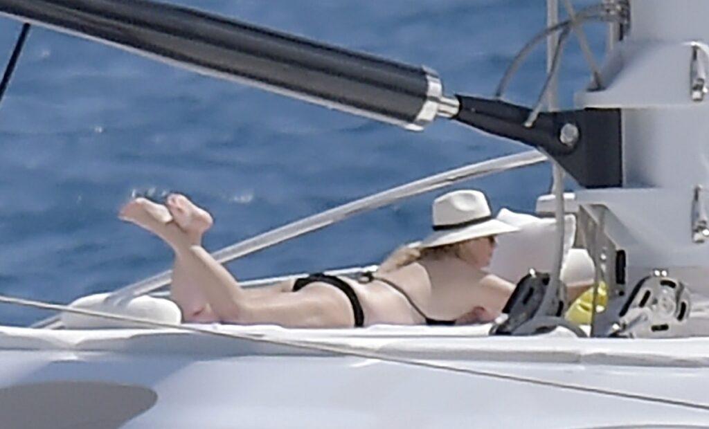 Rebel Wilson a făcut plajă pe un iaht luxos în Portofino, Italia. Ea a purtat un costum de baie negru și o pălărie din paie. Iahtul e alb, pe fundal se vede marea