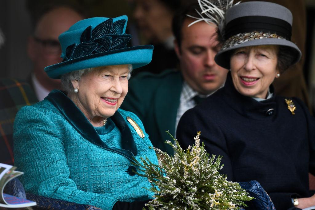 Prințesa Anne și Regina Elisabeta, la Braemar Highland Gathering, în anul 2018, fotografiate în timp ce zâmbesc
