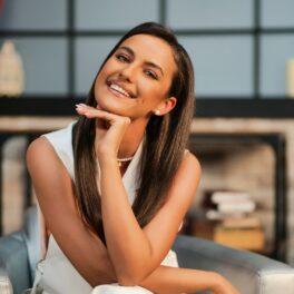 Rosse Stan, cu mâna la bărbie, elegantă și zâmbitoare, la interviul pentru CaTine.ro