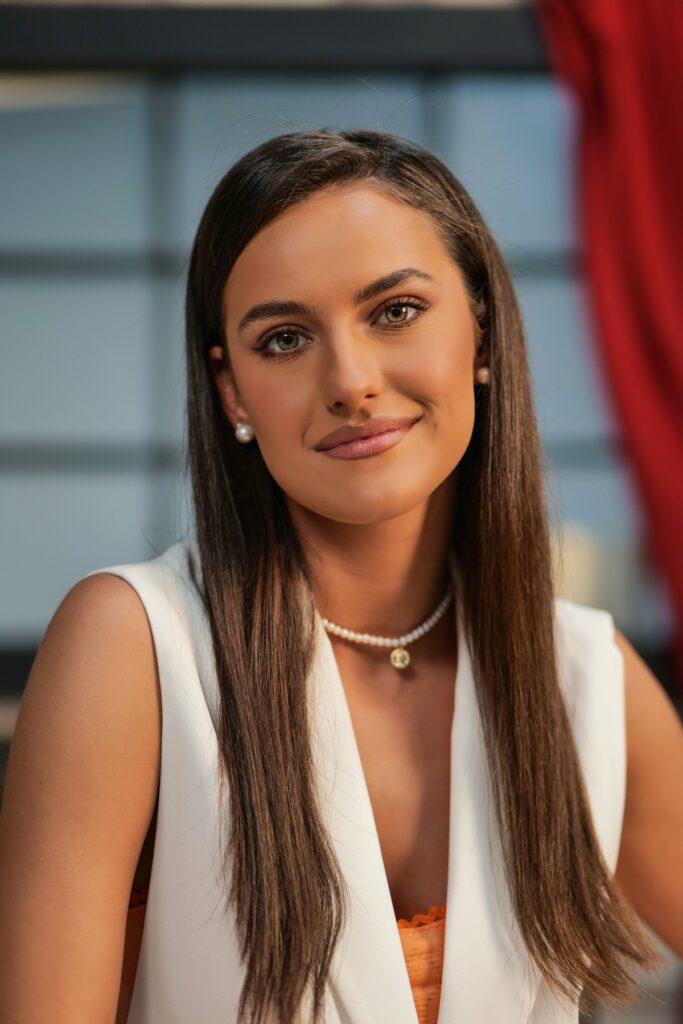 Rosse Stan, portret, îmbrăcată în alb, cu bijuterii discrete, la interviul pentru CaTine.ro