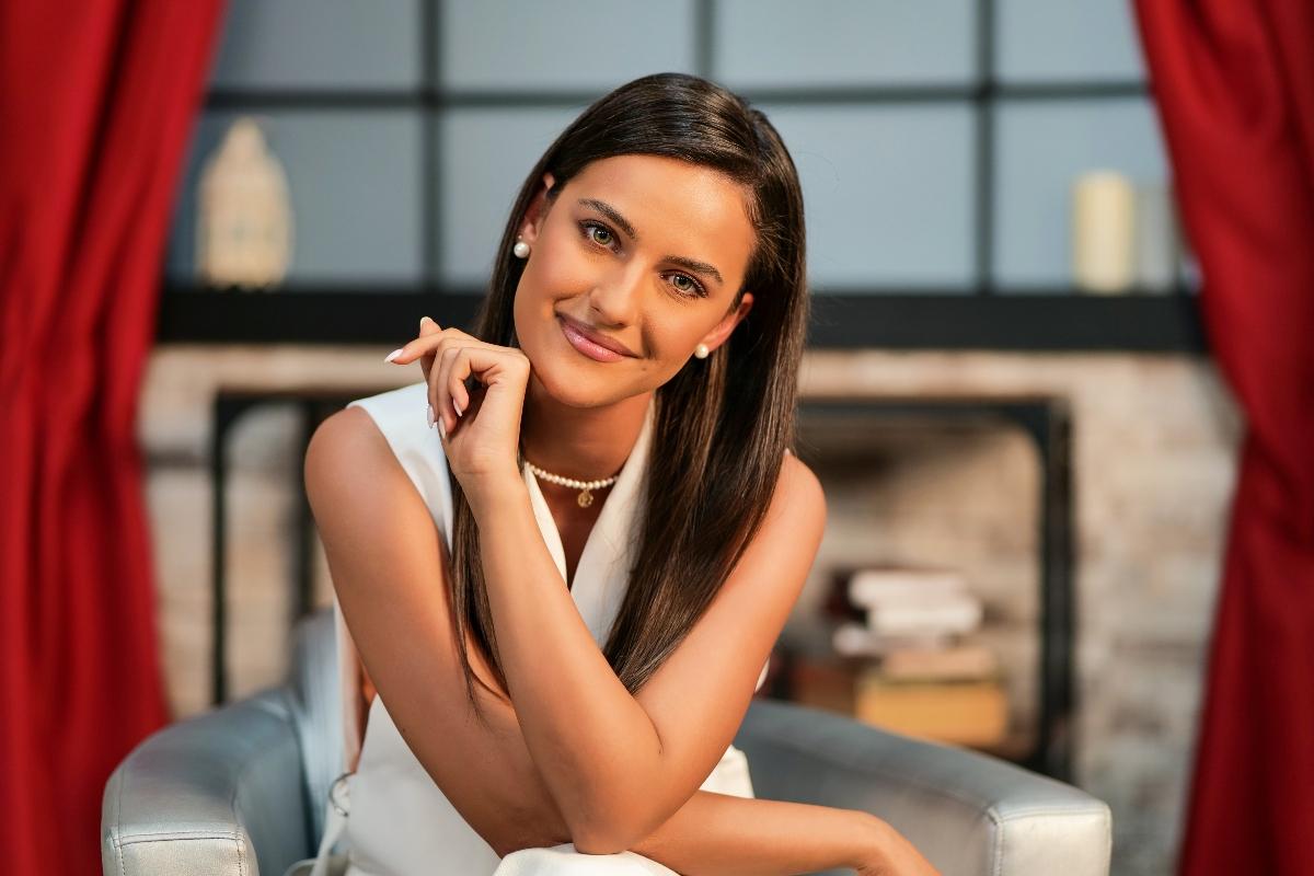Rosse Stan, pe un fotoliul, cu mâna ridicată elegant, la interviul CaTine.ro