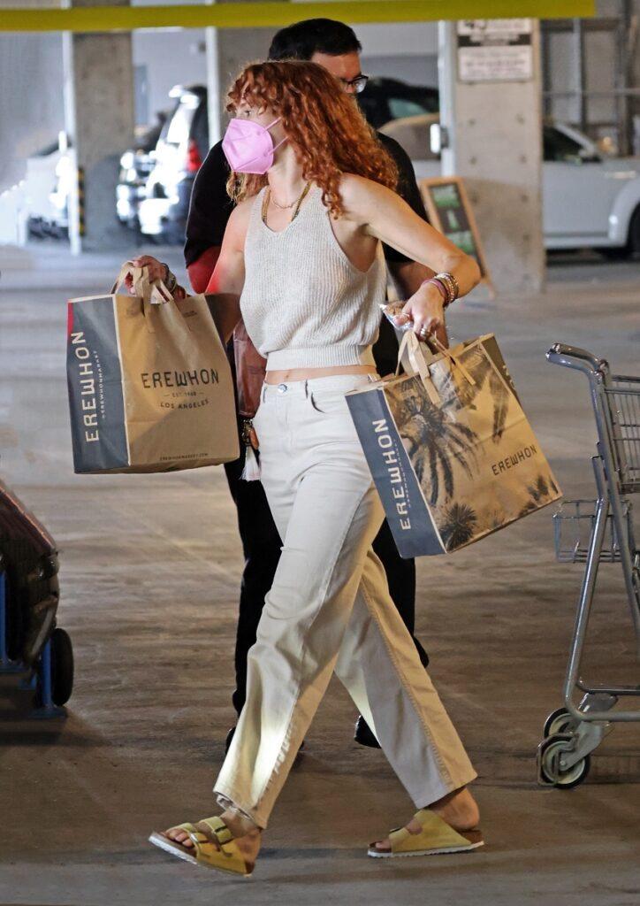 Rumer Willis a fost surprinsă la cumpărături, în Los Angeles. Părul roșcat, cară plase în mână, e îmbrăcată în bej