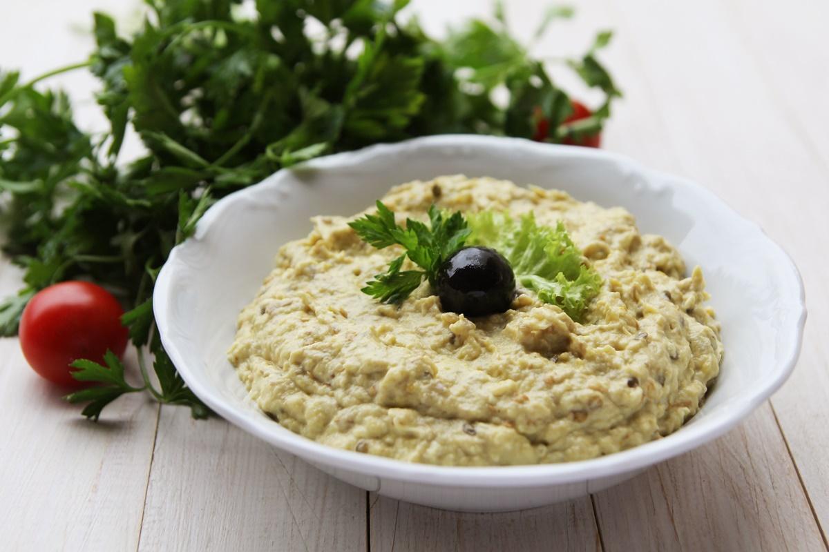 Bol cu salată clasică de vinete cu maineză, gata de servit