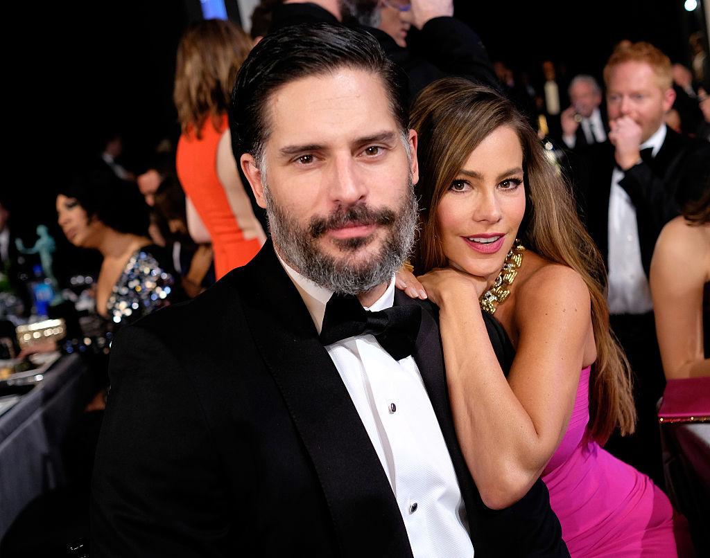 Sofia Vergara, în timp ce stă pe umărul soțului ei, la Actors Guild Award, în 2019