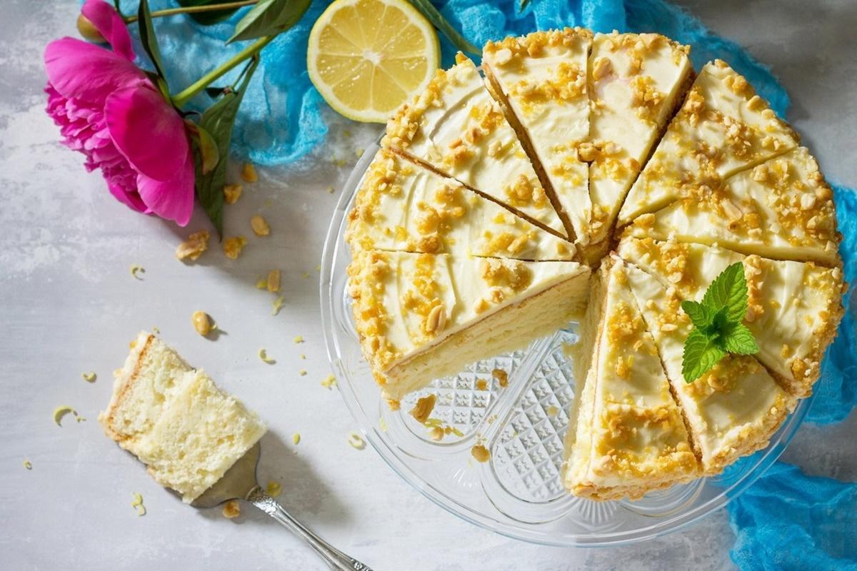 Tort brazilian cu spumă de lămâie porționat pe un platou de sticlă