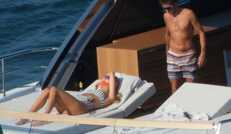 Valentino Rossi, fotografiat pe un iaht, în timp ce o privește pe iubita sa gravidă